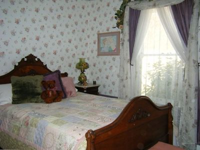 Quiet and romantic lower level Rose Room with double bed