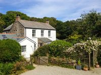 THE FARMHOUSE, family friendly, with a garden in Coverack, Ref 30447