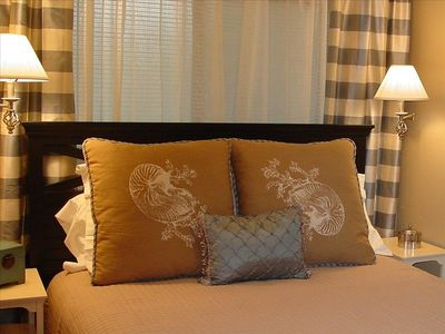Queen Size bed / luxury linens / flat screen tv in bedroom