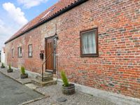 HAYLOFT COTTAGE, pet friendly, with a garden in Stokesley, Ref 13999