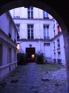 first courtyard of the 11 Quai de Bourbon