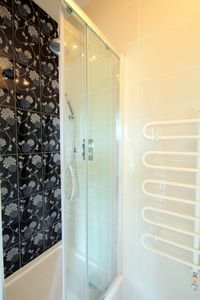 Kensington & Chelsea townhome rental - Ensuite shower in the master bedroom