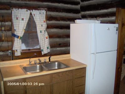 Honor cabin rental - Kitchen Sink and fridge