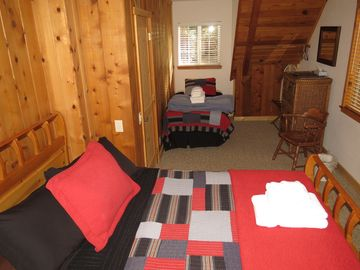 Queen bed & Twin bed, cable TV, DVD player & views of the Lake! 1 of 4 bedrooms
