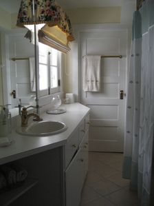 Woodstock house rental - First floor bath between master and toe to toe room