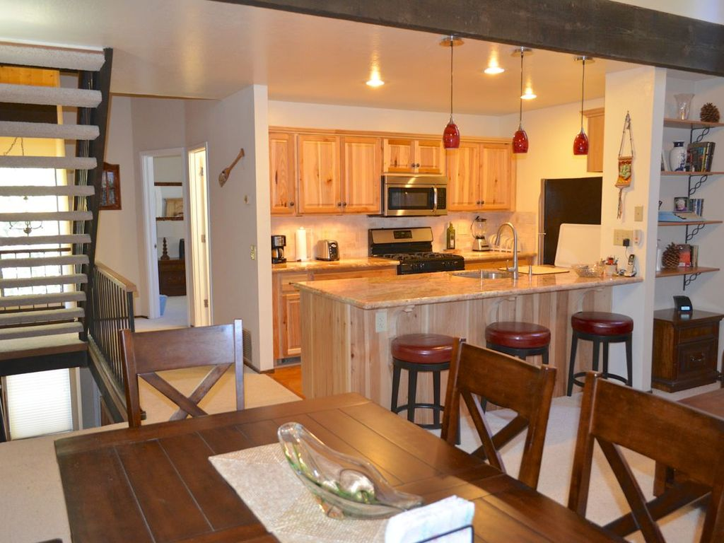 Charming 3 bedroom loft 2 bath townhouse vrbo for Open space apartment
