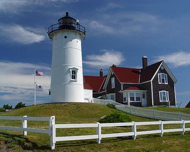 Nobska Lighthouse: Beautiful place to visit. On the ocean drive to Woods Hole