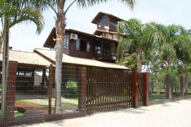 Gorgeous Beach House with Sky TV, Air and prime location!