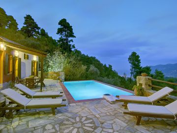Arktos Secluded villa with private pool, Wi-Fi internet, away from it all!