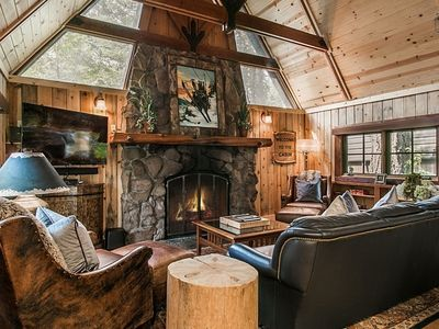 Main house and 3 cabins, short drive to lake, two private hot tubs - great for couples or family retreat: Houston Camp