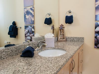 Lincoln City condo rental - Beautiful Decor Graces this Master Bathroom