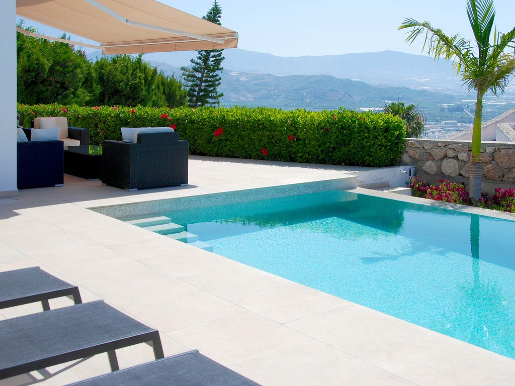 Villa blanca modern villa with heated infinity pool hot for Infinity pool design uk