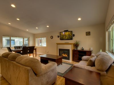 Open layout w/ vaulted ceilings - living room w/ gas fireplace & flatscreen TV