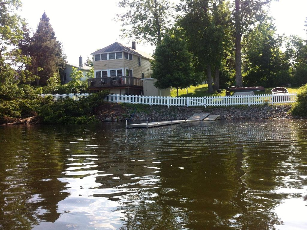 125 foot waterfront cottage on blind sodus bay for Waterfront cottage
