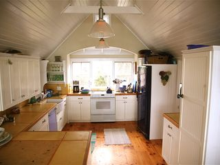 Chilmark cottage photo - the open kitchen lets everyone help cook and interact