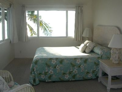 Upstairs kingbed with direct access to bathroom. Watch the surfers at Kahalu'u