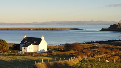 Driftwood Cottage Skye, 2 bedroom , Spectacular Seaview, close to Quiraing