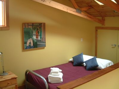 ZENADU: CHICAGO CHIC MEETS WOODLAND RUSTIC IN THIS TRANQUIL RETREAT - sleeping loft with opening skylight sleeps 2 more.