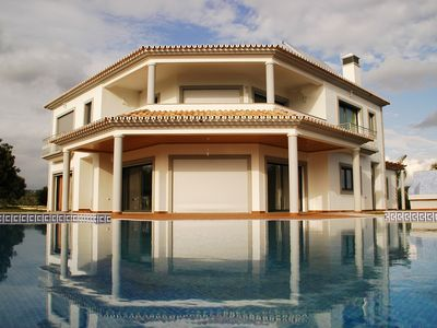 Luxury 5-bedroom villa with private swimming pool, located very close to Loulé