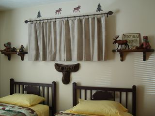 Shawnee townhome photo - Welcome to Bear Retreat's First Floor Bedroom. Twin beds can convert to king bed