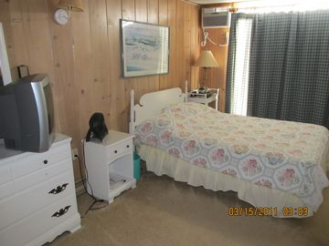 2nd Bedroom w/ Dbl Bed