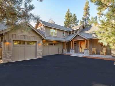 Newer Luxury 4 Bedroom Suite home & SHARC passes included.