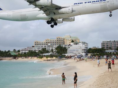 Cupecoy condo rental - Maho Beach!!!..view of plane landing while drinking a cold guava berry !1