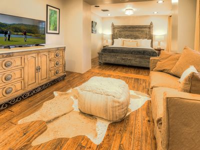 (NEW) Elegant 2 Bedroom Suite in the Arts District in Downtown Scottsdale