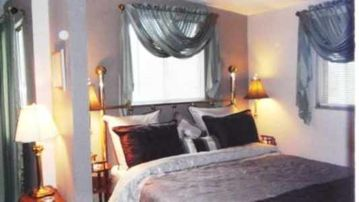 Murphys cottage rental - Charming spacious bedroom with sitting area.