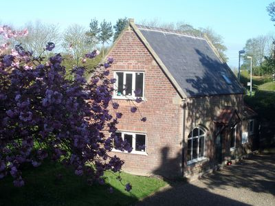 Detached Rural Cottage in gorgeous grounds sleeps 2A2C walking distance to beach