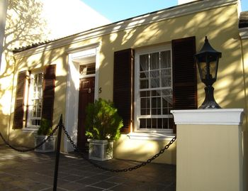 Green Point cottage rental - 5 T'Groenehof mews green point Cape Town