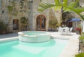 Zurrieq farmhouse rental - Pool area with jacuzzi.