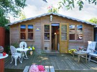 THE CHALET, with a garden in Fishbourne, Isle Of Wight, Ref 19315