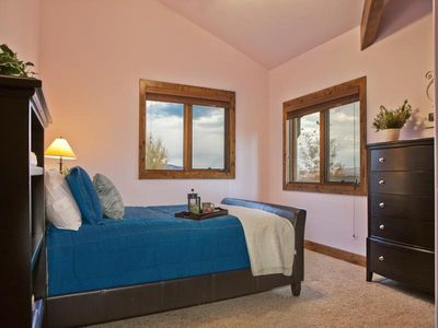 The Canyons house rental - Guest queen bedroom with high quality linens