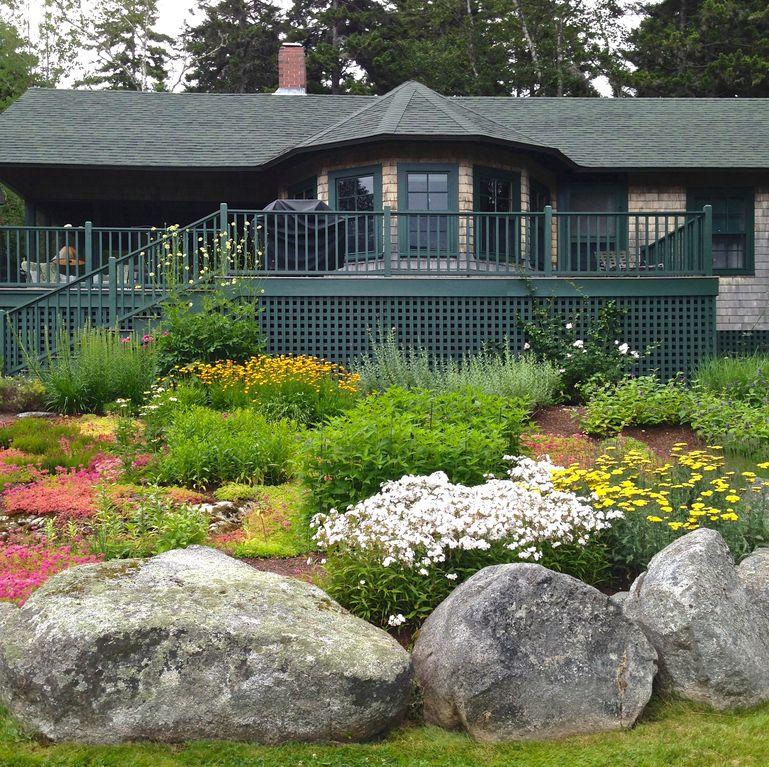 Classic Maine cottage, quiet setting, water view and beach access