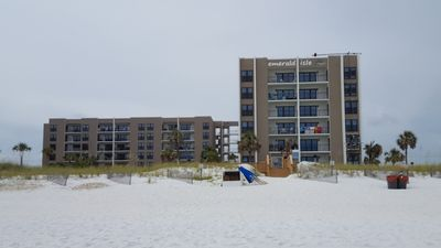 Emerald Isle Beach Life At Its Best! Beautiful Water, White Sand, & Great Pool