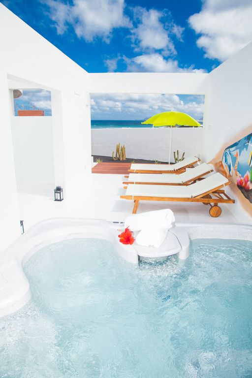 Villa with Jacuzzi on the beach of Famara. Unbeatable scenery