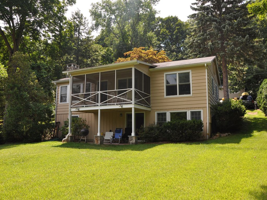 Candlewood lake waterfront homeaway brookfield for 9 bedroom vacation rentals