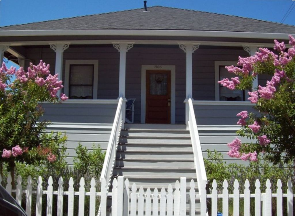 The Corner Cottage ~ Luxury in Downtown with Private Vineyard
