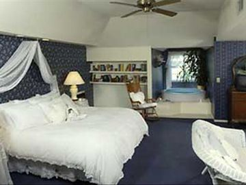 Callalily Suite with King Bed and Fireplace!
