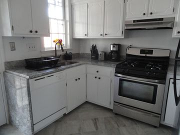 Completely remodeled, fully equipped kitchen