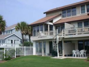 Fripp Island villa rental - Room to romp in the grass