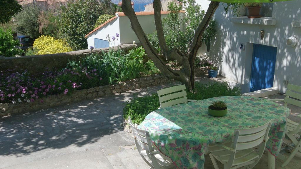 In picturesque area Malmousque 2 minutes from the sea near the center ideal for 2 people