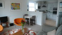 BRIGHT AND SUNNY, STYLISH FLAT IN PERFECT LOCATION FOR BEACH AND TOWN