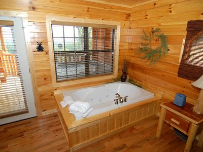 Romantic or Relaxing jacuzzi tub. Fplace, TV & DVD. King Size bedroom