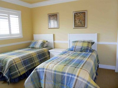 Guest bedroom - 2 twin beds