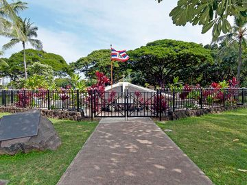 Few Minutes Walk to Kapiolani Park