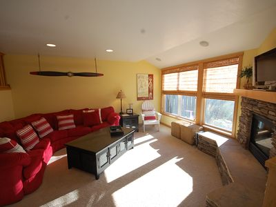 Beautiful living room, river rock gas fireplace, flat screen, wifi