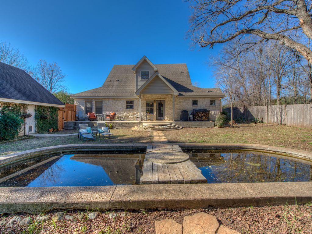 Peaceful Country Retreat minutes from downtown with plenty of outdoor space