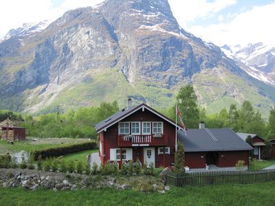 Apartment with 4 beds / 2 bedrooms. Go hiking, trout fishing, glacier and rock climbing.